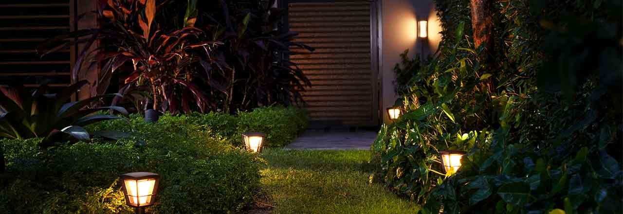 Mit Aussenleuchten ausgeleuchteter Gartenweg