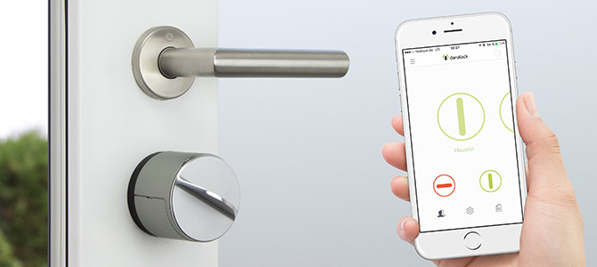 Smartes Danalock Türschloss mit geöffneter Smartphone App