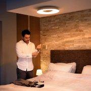 Philips Hue Still LED Deckenleuchte 2400lm in Silber an Decke angebracht