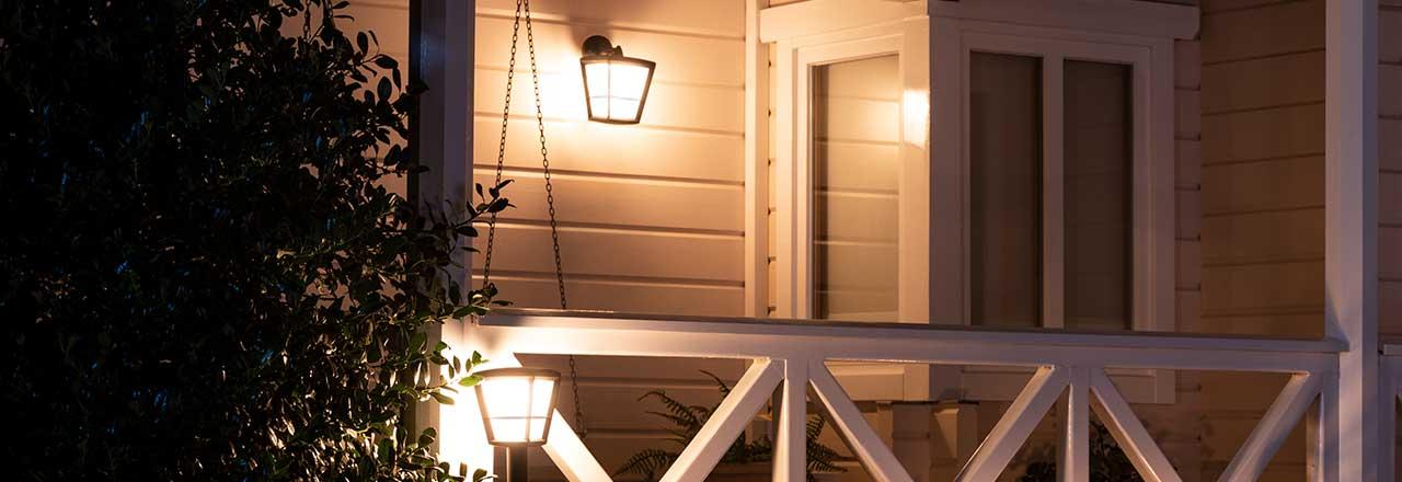 Hauswand mit smarter Wandleuchte
