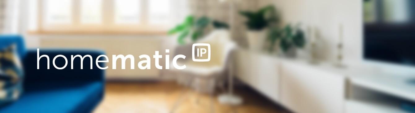 Homematic IP Logo mit Wohnzimmer im Hintergrund