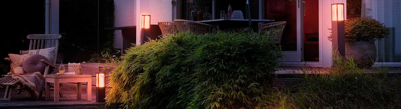 Terrasse mit Gartenmöbeln und smarter Beleuchtung