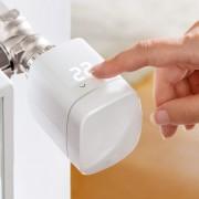 Elgato Eve Thermo Heizkörperthermostat an Heizung montiert mit Hand