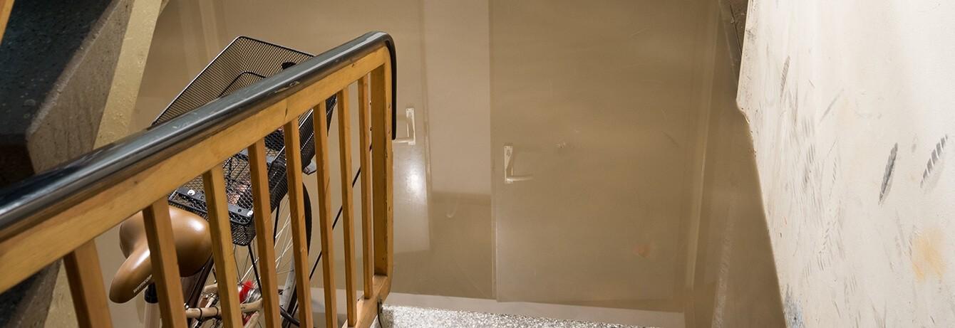 Keller unter Wasser, Blick von Treppe, Fahrrad unten an Geländer angelehnt