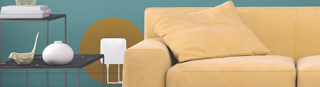 Sofa mit Beistelltischen und an Wand montiertem Airthings Hub