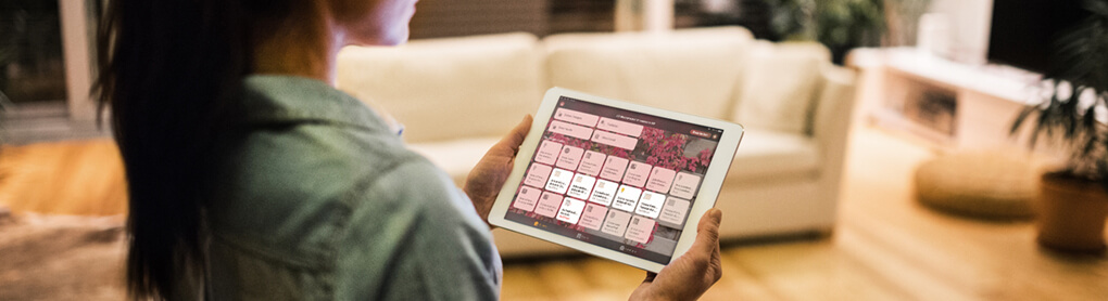 Frau mit geöffneter OPUS App auf Tablet