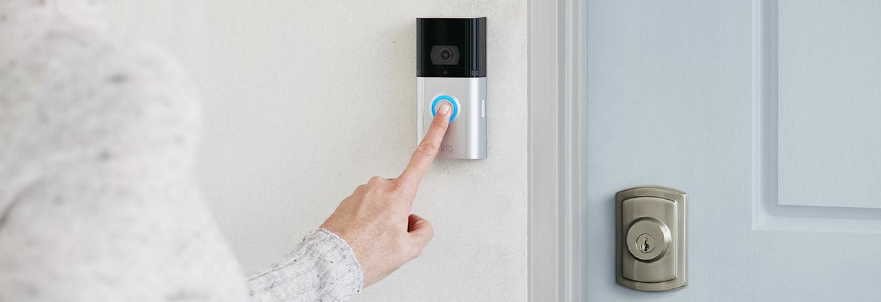 Besucher nutzt die Ring Video Doorbell 3