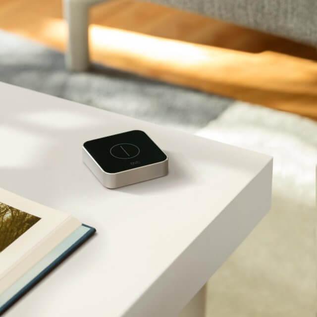 Elgato Eve Button in schwarz auf Tisch liegend