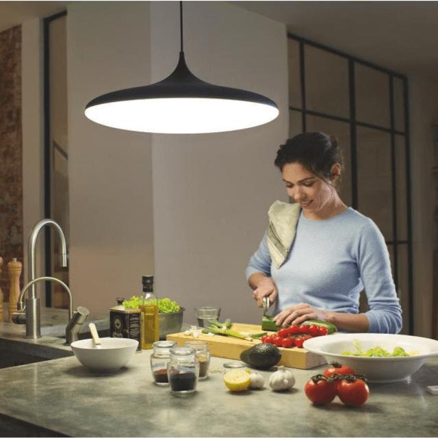Philips Hue White Ambiance Cher Pendelleuchte in schwarz über einem Küchentisch hängend