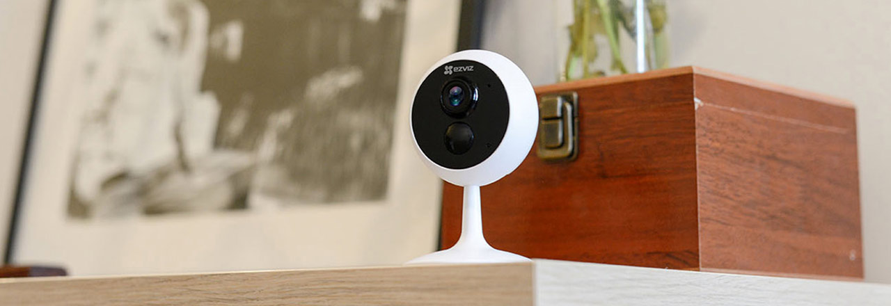 Smarte Ezviz Kamera auf Sideboard