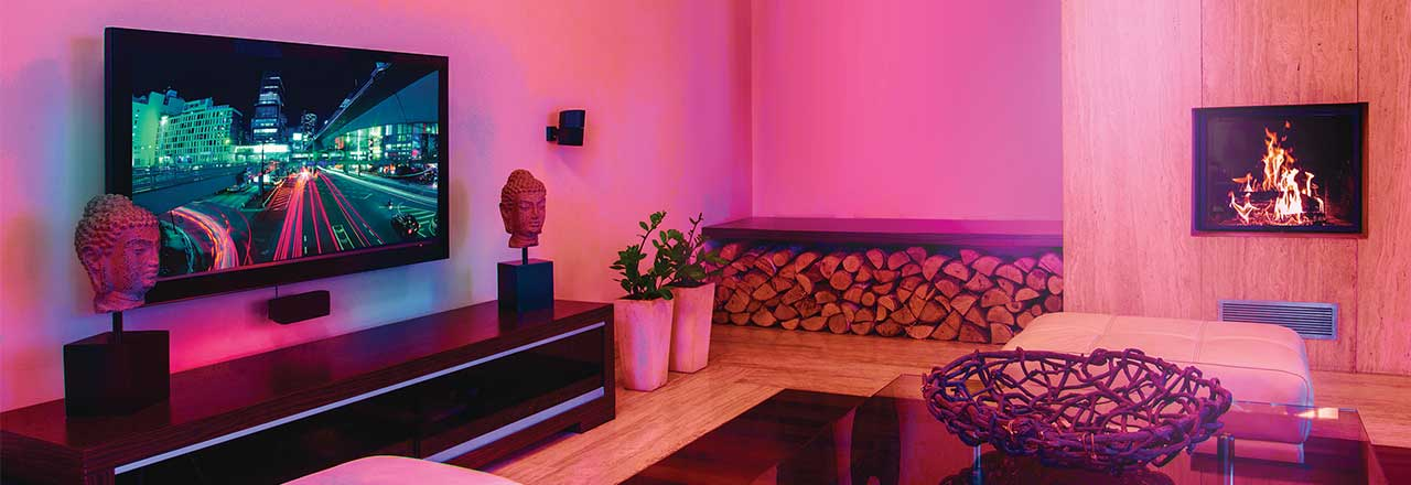 Wohnzimmer mit farbiger Beleuchtung