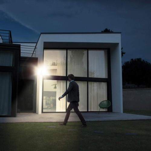 Netatmo Presence mit Mann vorm Haus