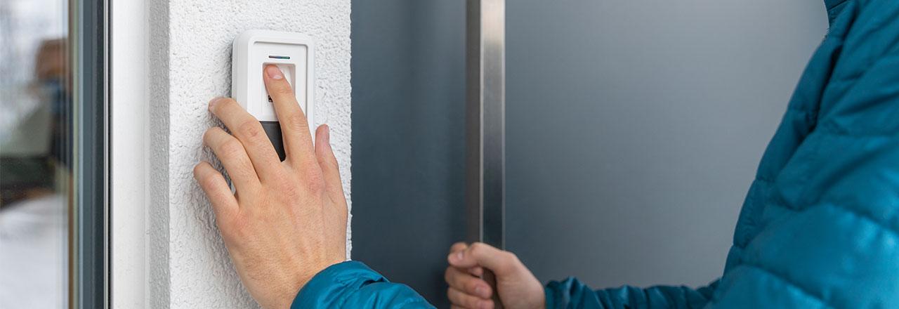 Über den HomeTec Pro Bluetooth Fingerscanner wird die Haustür geöffnet.