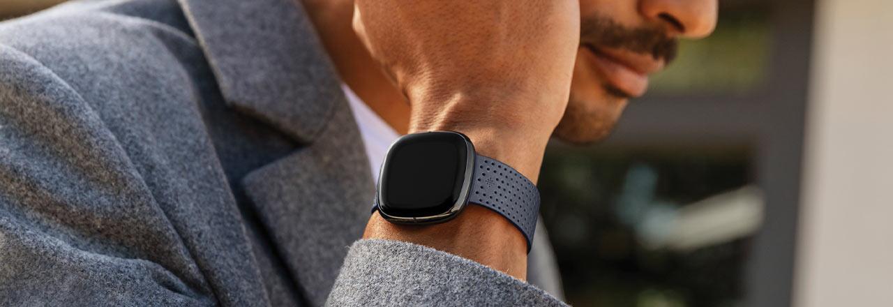 Nahaufnahme von Fitbit Sense an Handgelenk